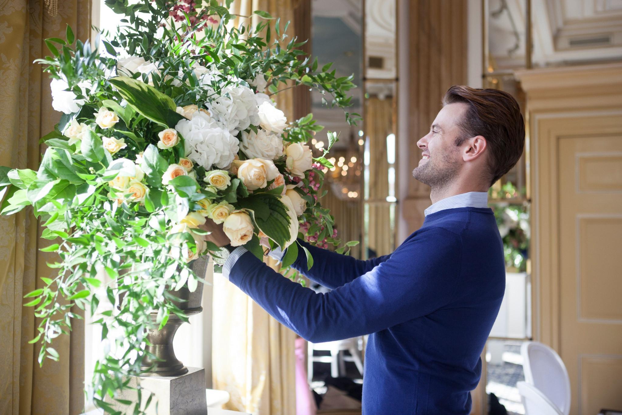 wie dragen corsages op bruiloft