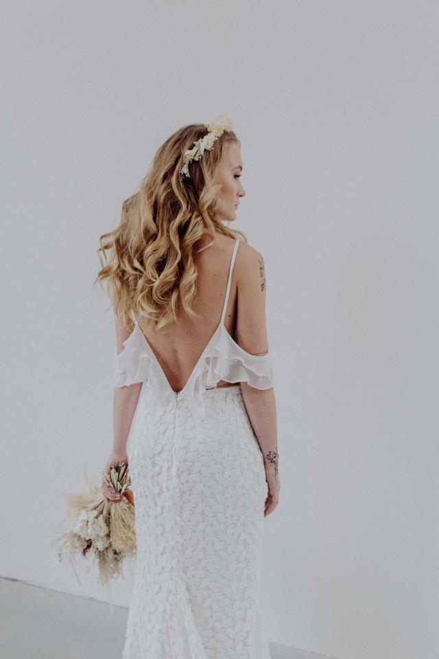 Braut mit rückenfreiem Brautkleid