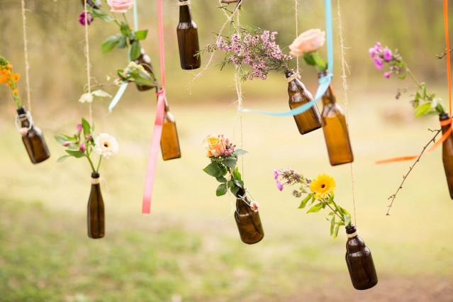 Bloemen in flesjes als bruiloftsdecoratie for Bloemen decoratie