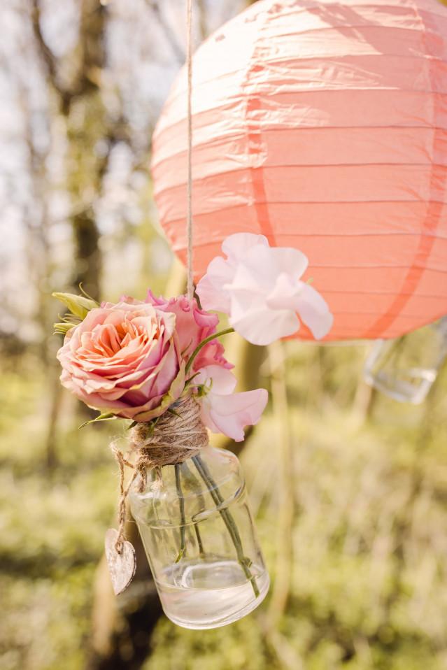 Bloemen in flesjes als bruiloftsdecoratie for Tafeldecoratie bruiloft