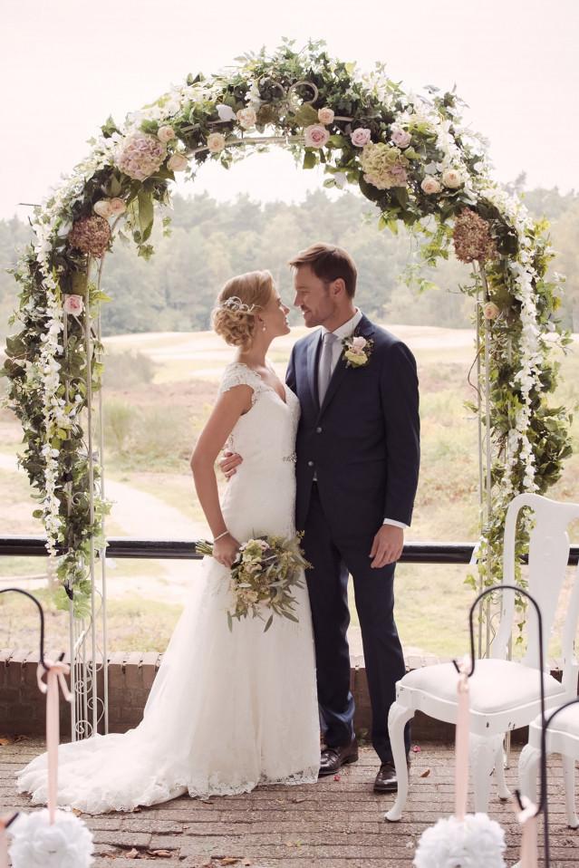 Buiten trouwen onder een prieel theperfectwedding