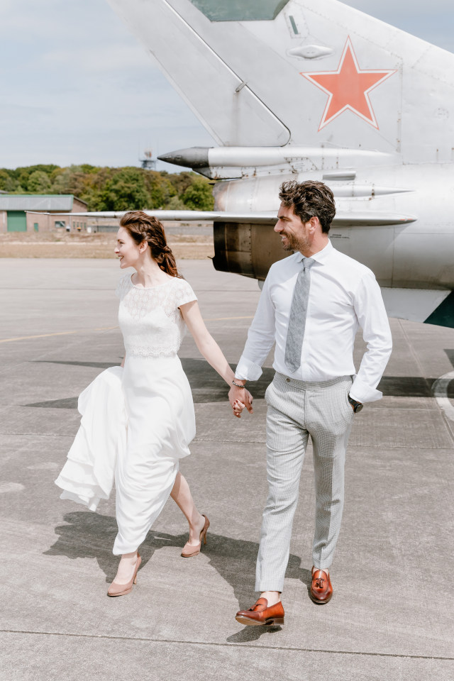 Brautpaar am Flughafen