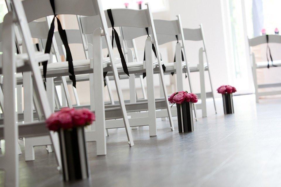 roze rozen in strakke vazen in de ceremoniezaal