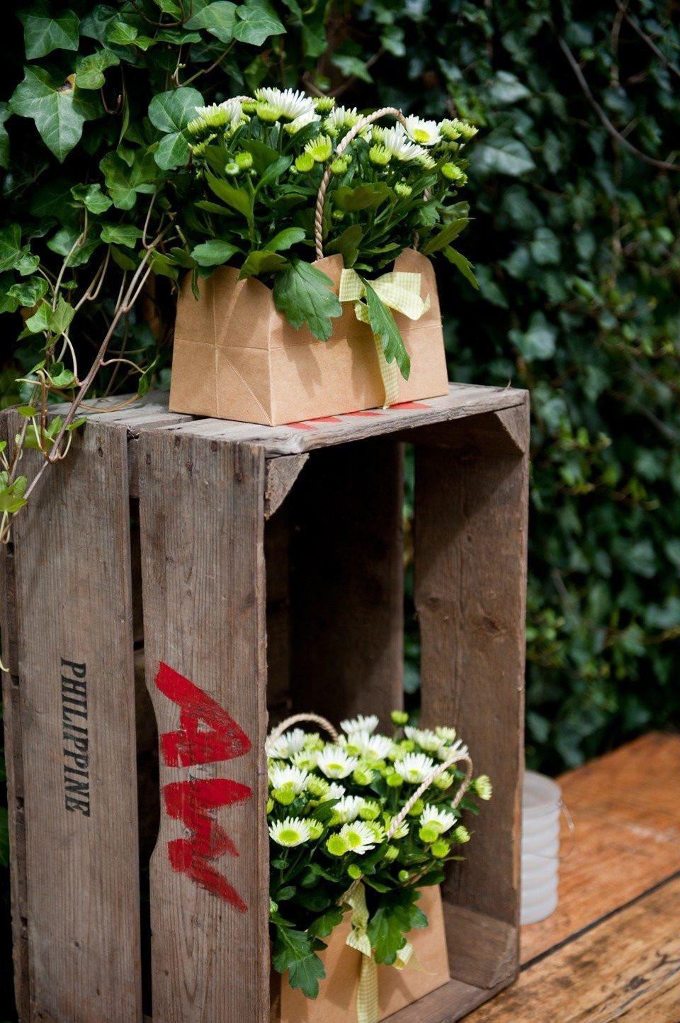Stoere chrysanten creatie op houten krat als decoratie for Houten decoratie
