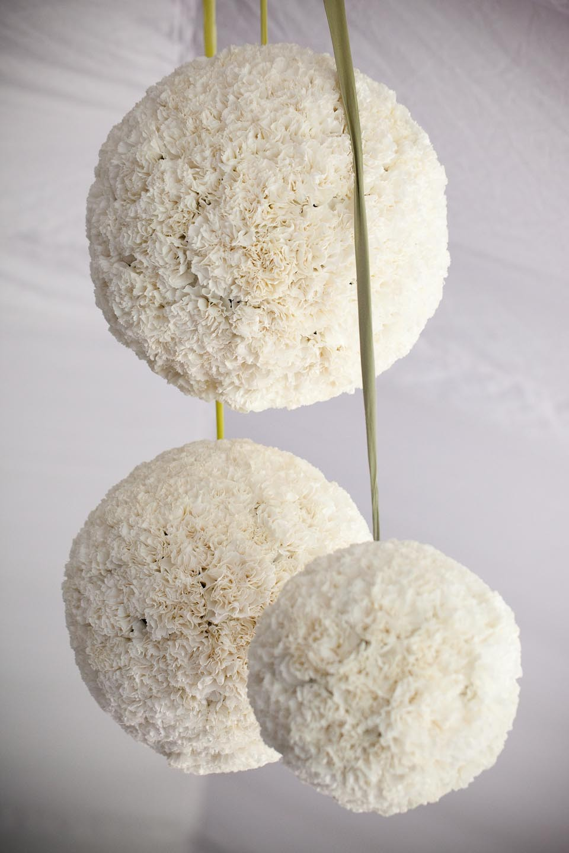 Witte bloemen bollen als decoratie for Bloemen decoratie